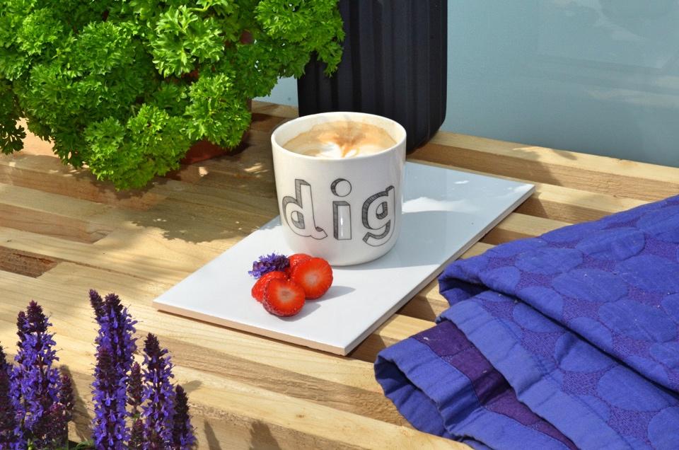 Brug en klinke som kaffebakke på terrassen