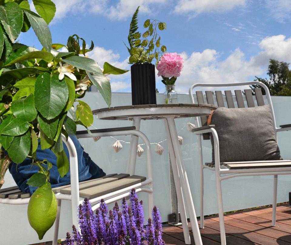 Det kræver kun lidt havemøbler, planter og en parasol at skabe hygge på terrassen