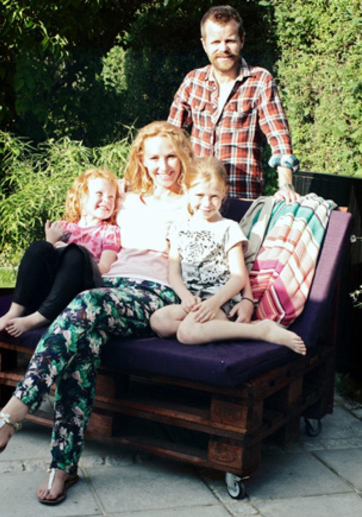 Familien Helberg på deres nye terrasse