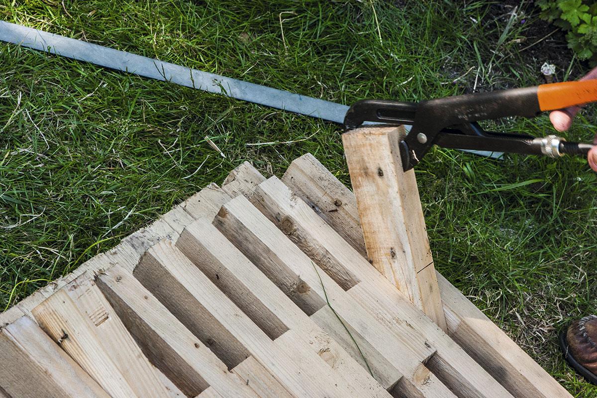 Klargør bænken ved at vippe den lange afstandsklods lodret op