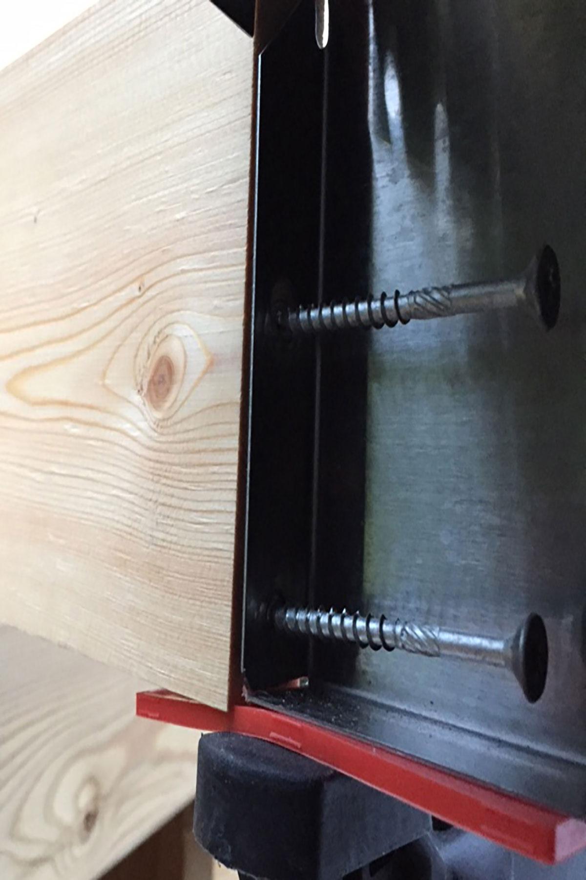 Skru grillen fast i træelementet