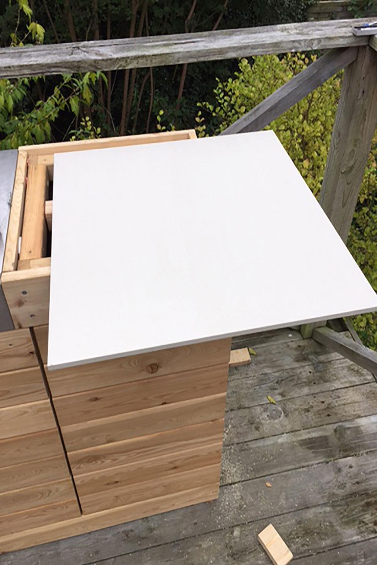 Montering af flisebordsplade