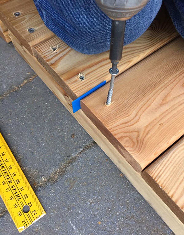Brædderne monteres med et mellemrum