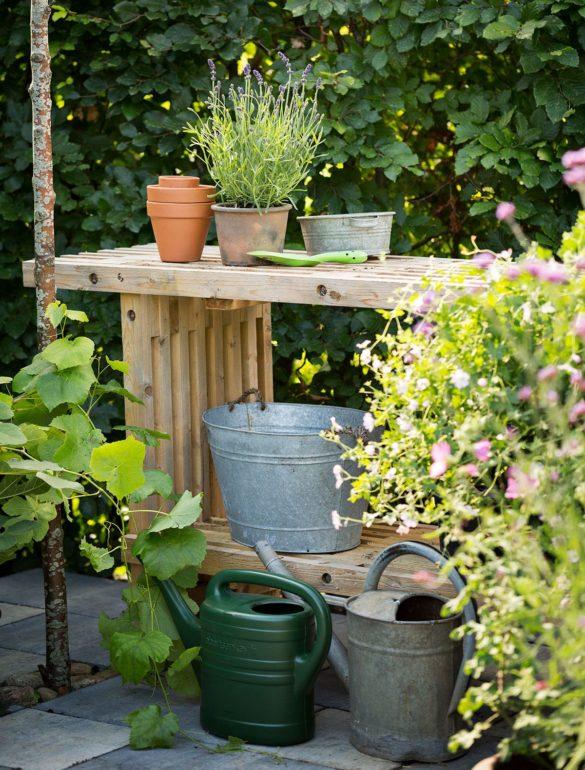 Byg et praktisk arbejdsbord til haven af traller