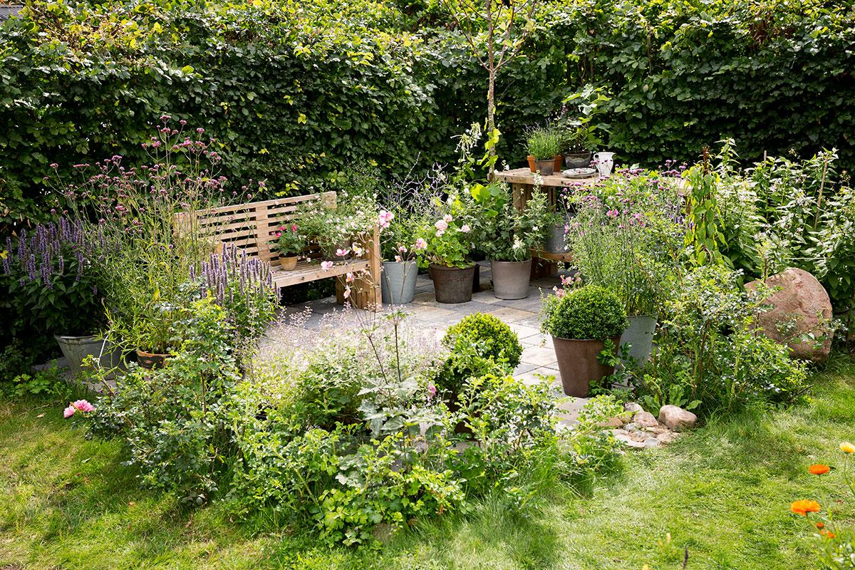 Bænk af traller i haven