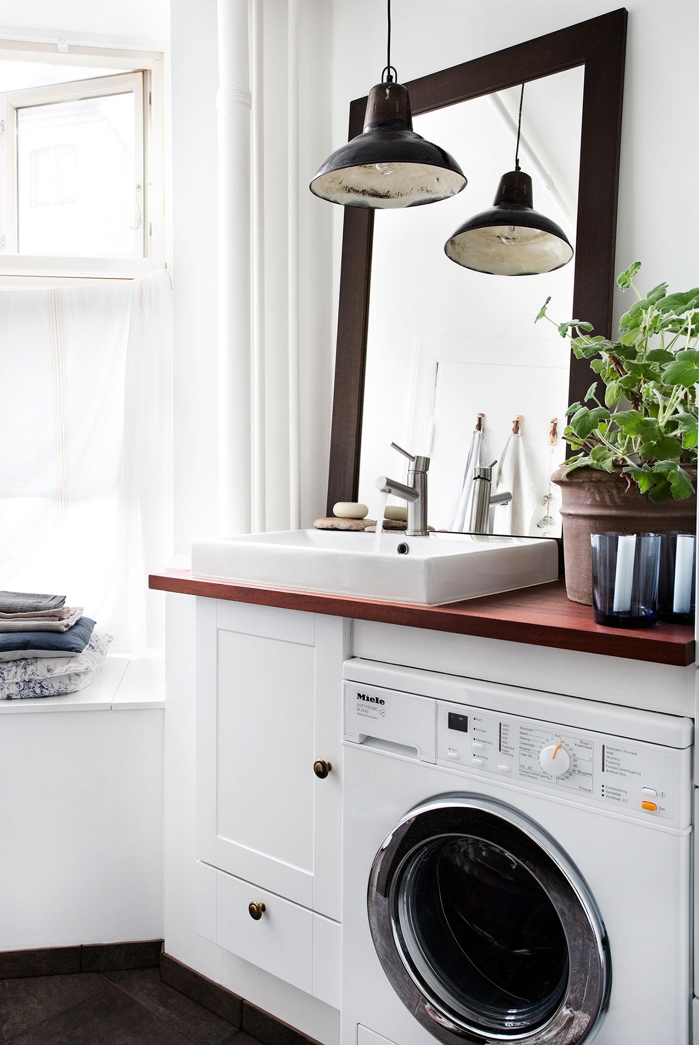 Håndvask og vaskemaskine i det nye luksusbadeværelse