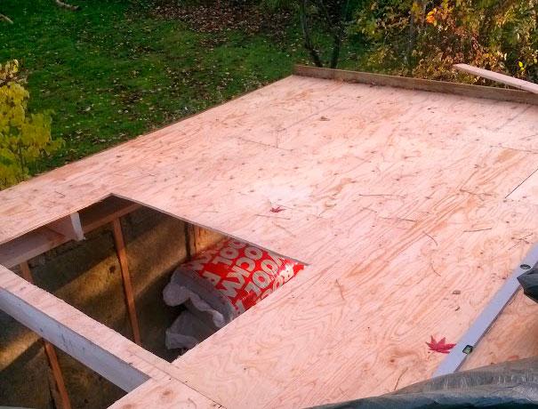 Der gøres klar til ovenlysvinduer i havekontoret