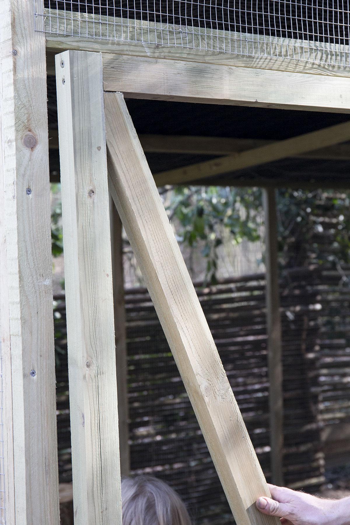 Døren monteres til hønsegården