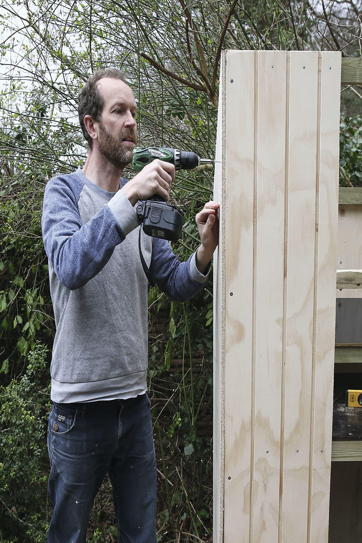 Vægge til hønsegården monteres