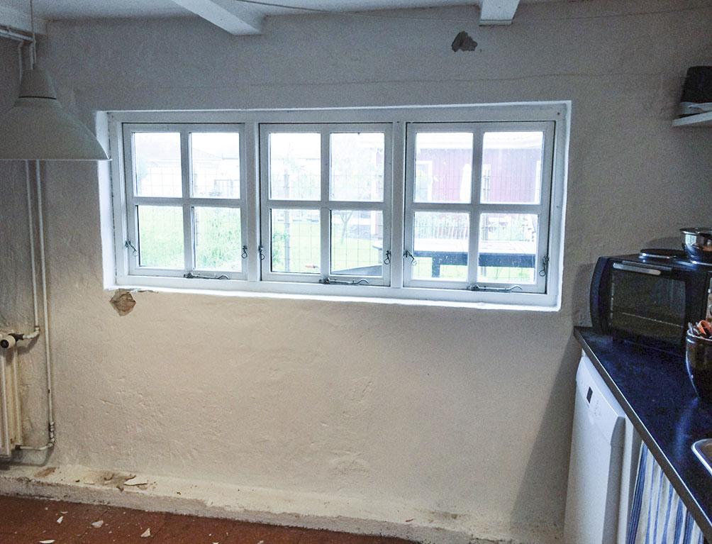 Det gamle vindue tages ud af sommerkøkkenet