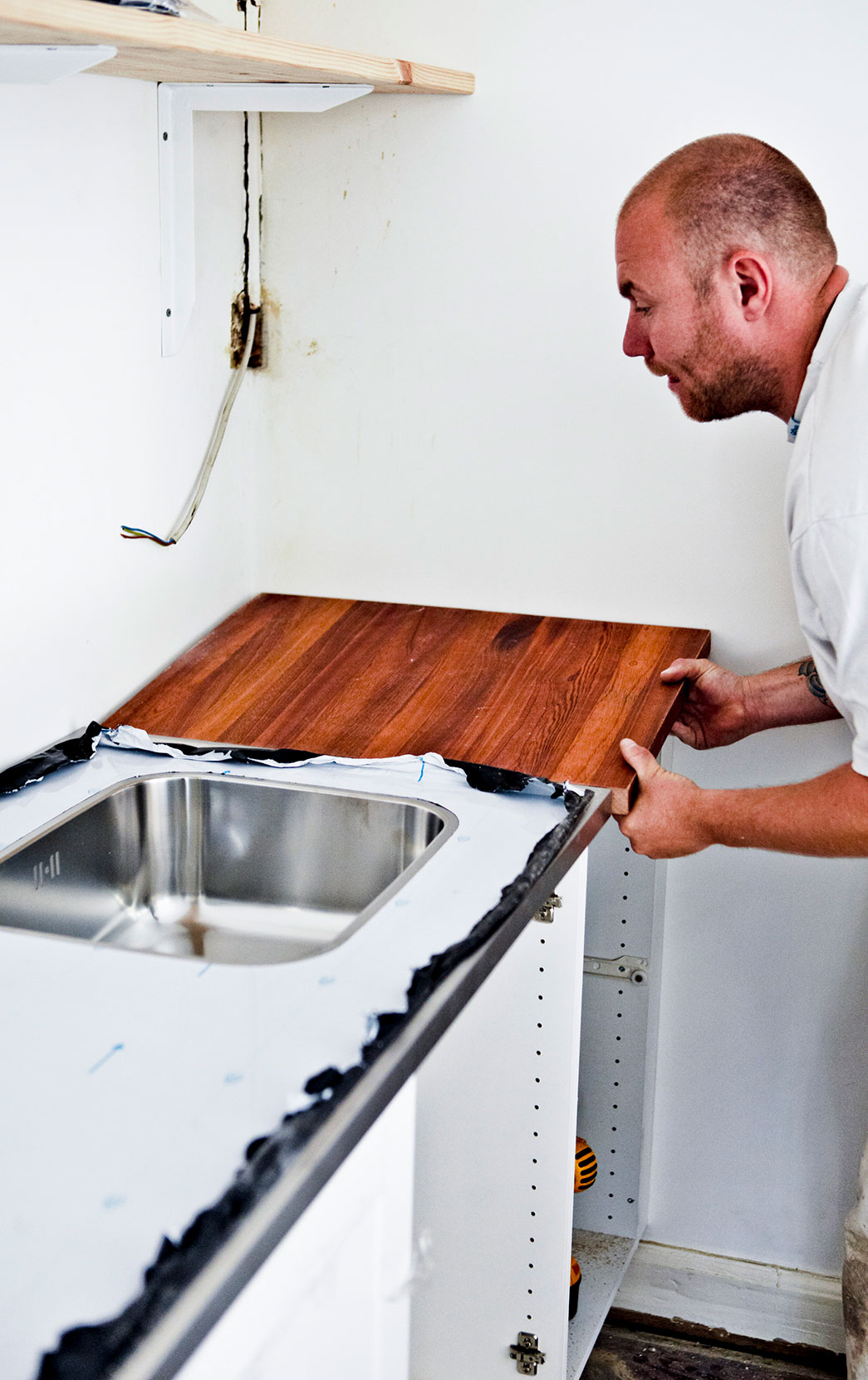 Det sidste stykke bordplade monteres