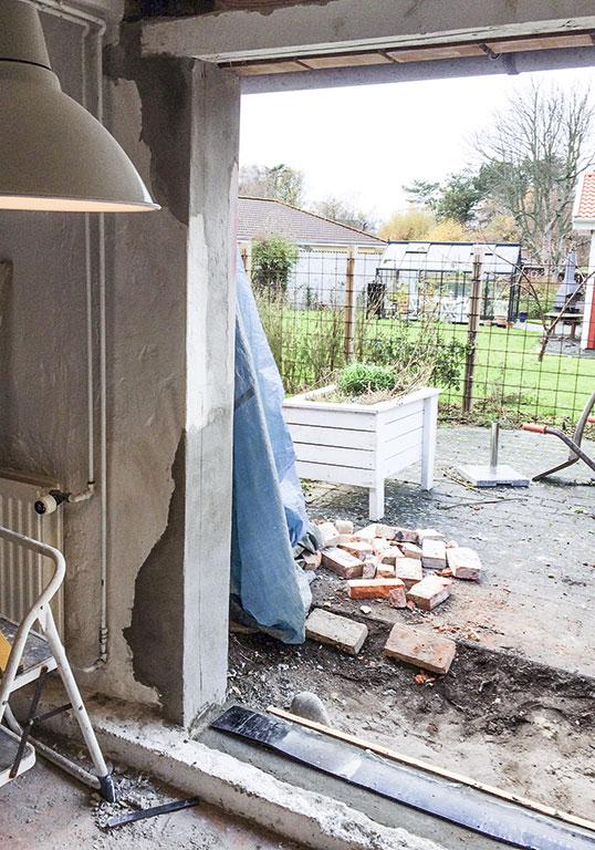 Døråbningen pudses op med beton