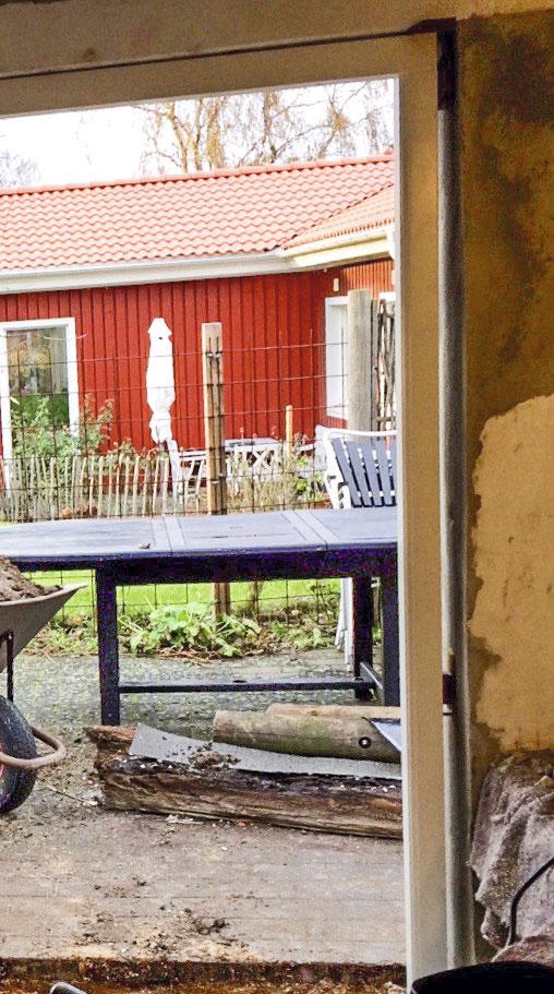 Karmen monteres til døren i sommerkøkkenet