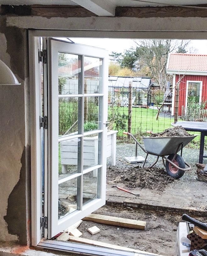 Dobbeltdørene sættes i sommerkøkkenet