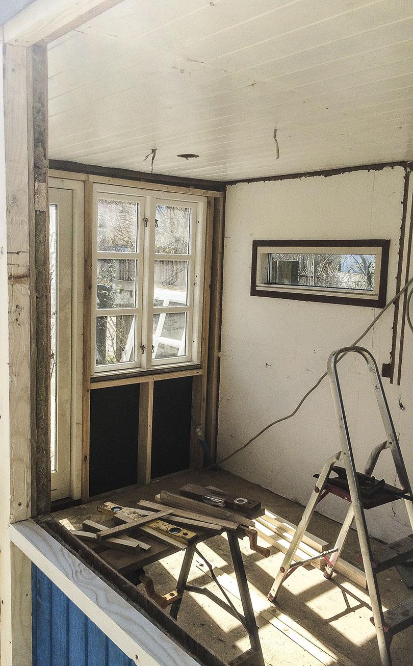 Beklæd vinduer til skur med lægter