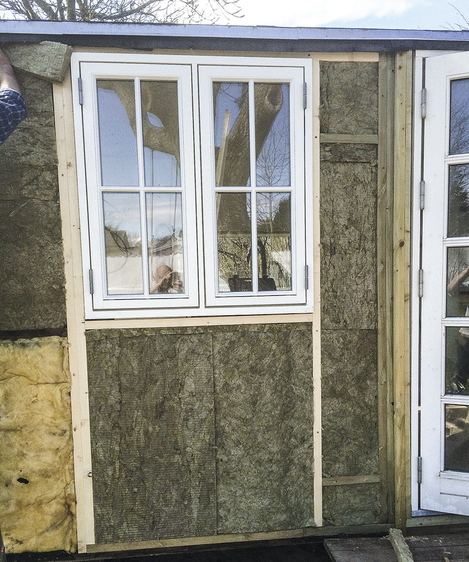 Isoleringsbatts mellem vinduerne på skur