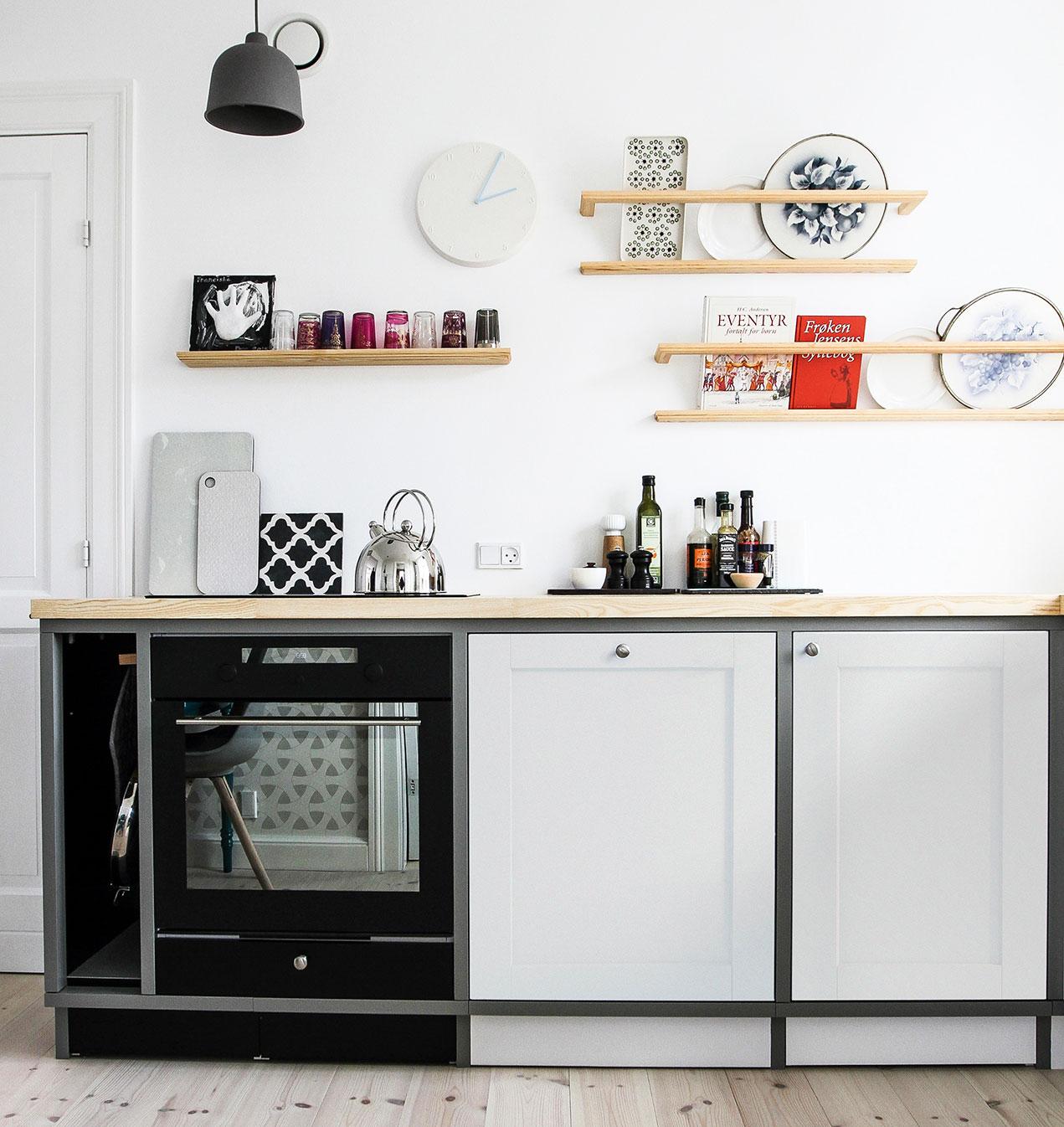 Klassisk køkken med farver der spiller sammen.