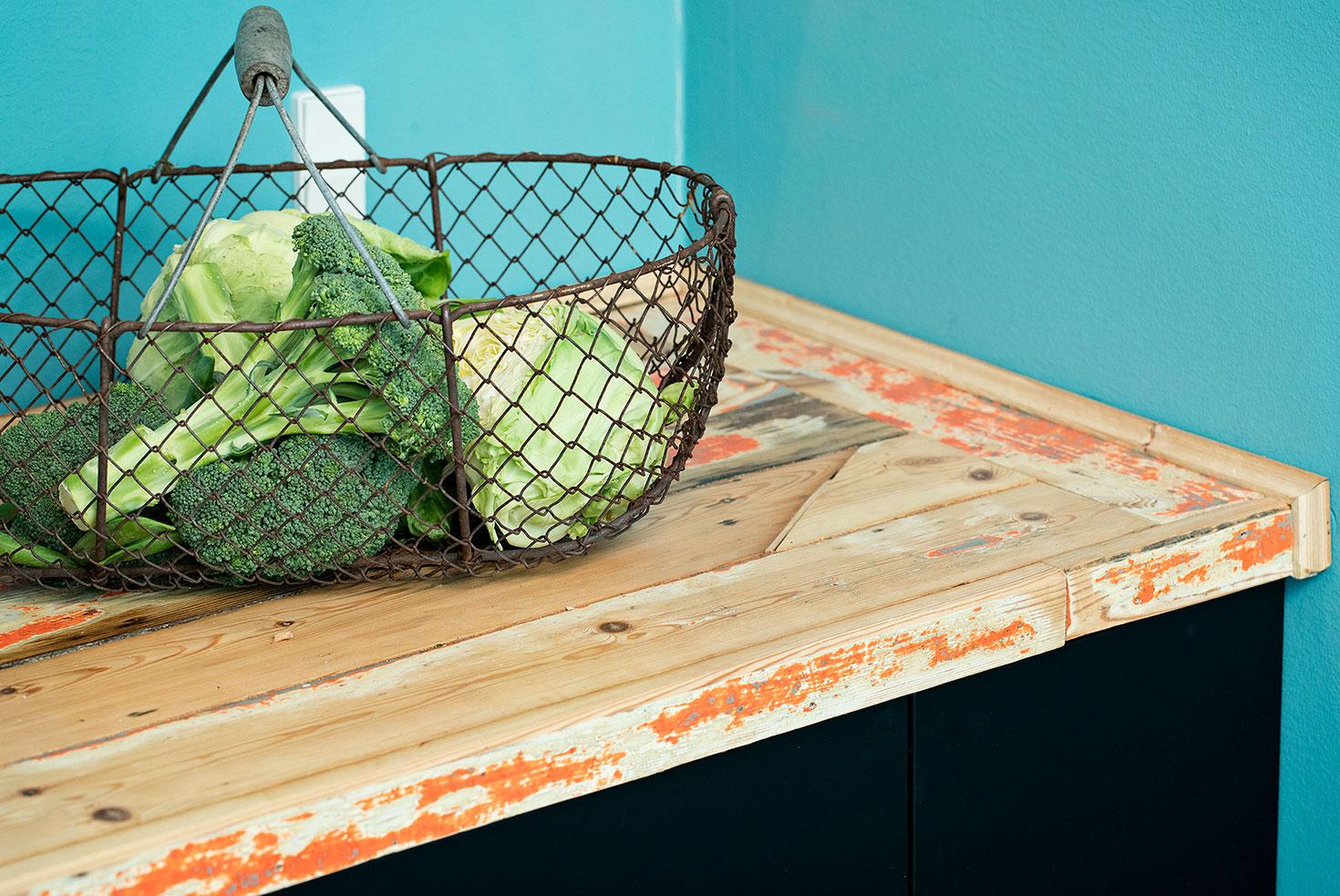 Nyt grovkøkken med bord af gulvbrædde