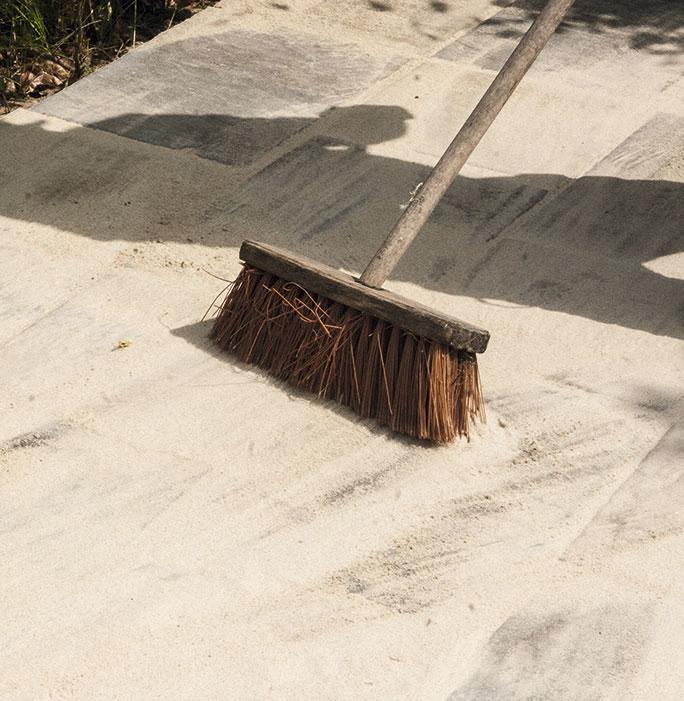 Fej sand i fugerne på den nye fliseterrasse