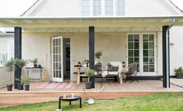 Overdækket terrasse med lounge stemning inde og ude