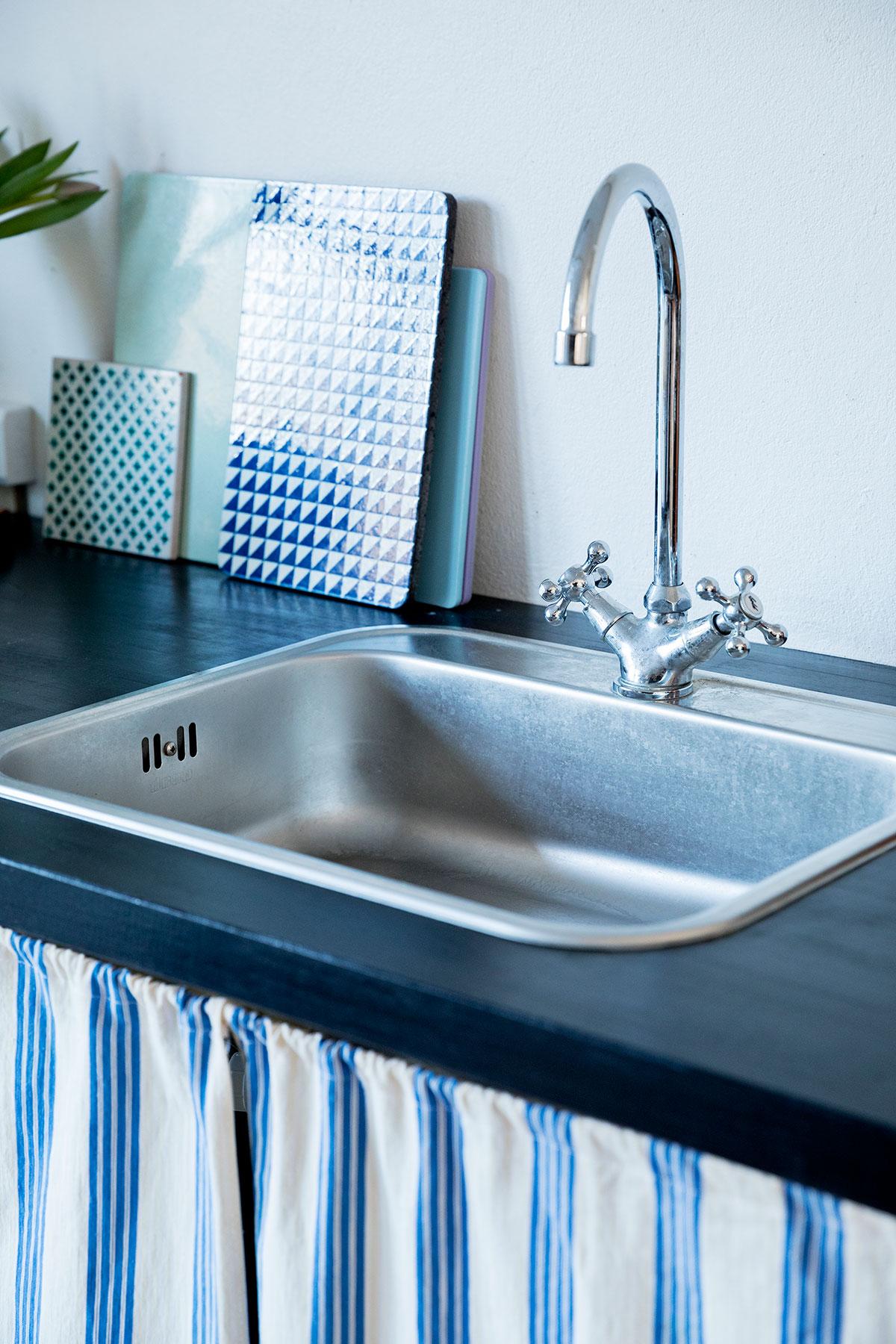køkkenbord og vask i sommerkøkkenet