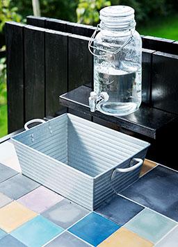 Fliser på bordplade til overdækket udekøkken