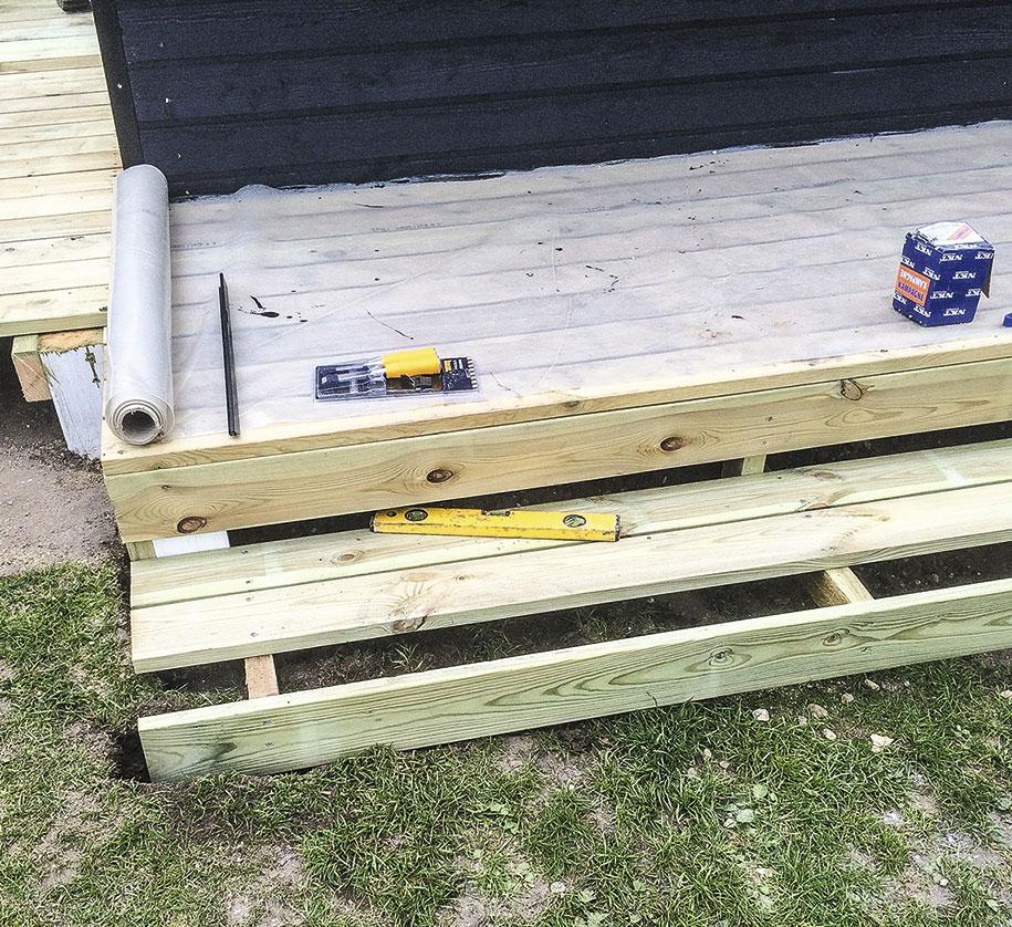Trappen til skuret bliver bygget