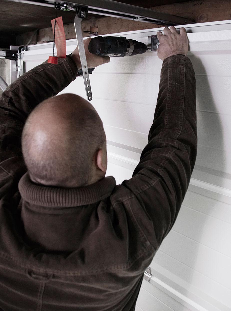 Portåbner sættes på garageport