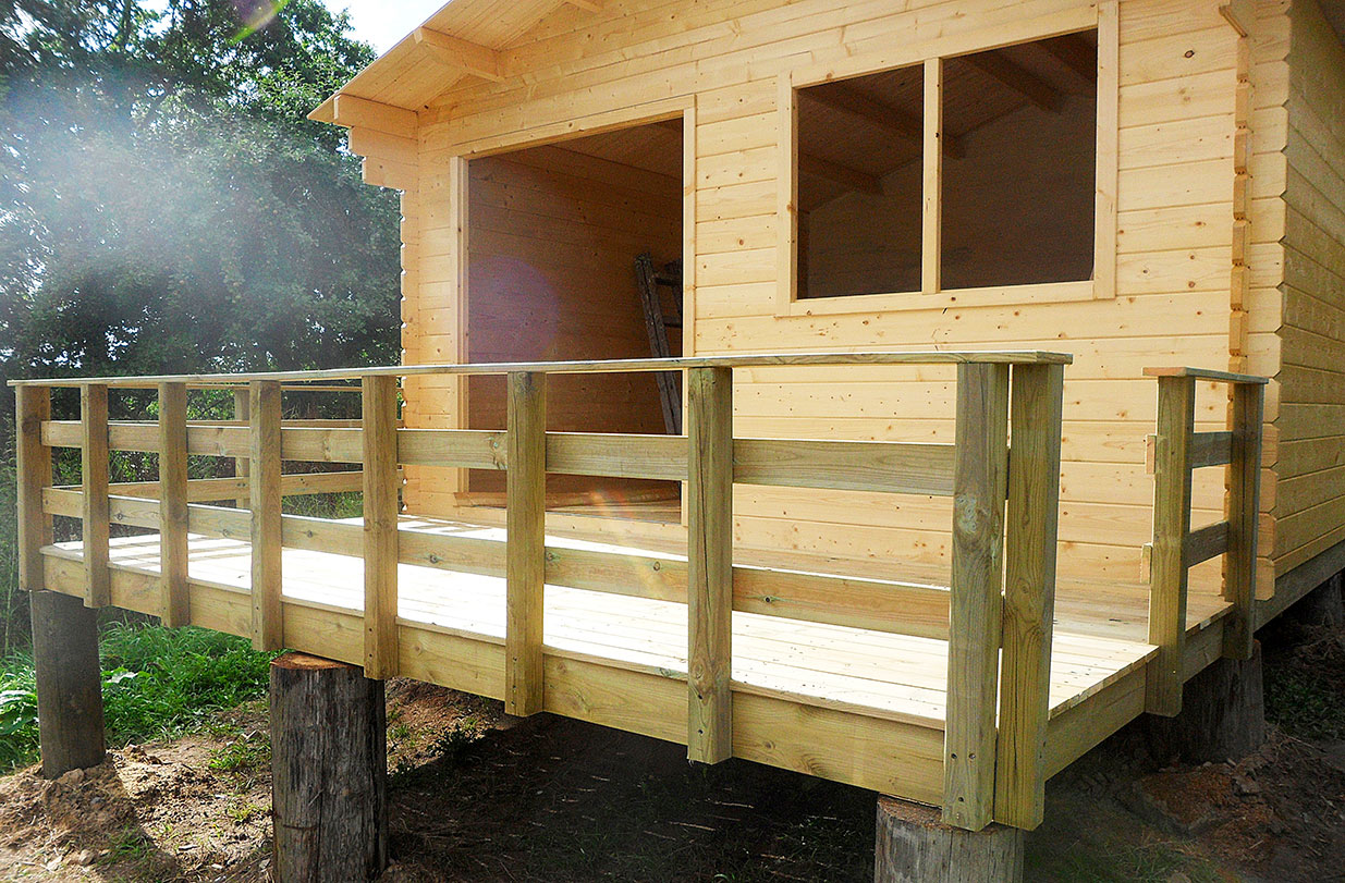 Huset er udvidet med en træterrasse
