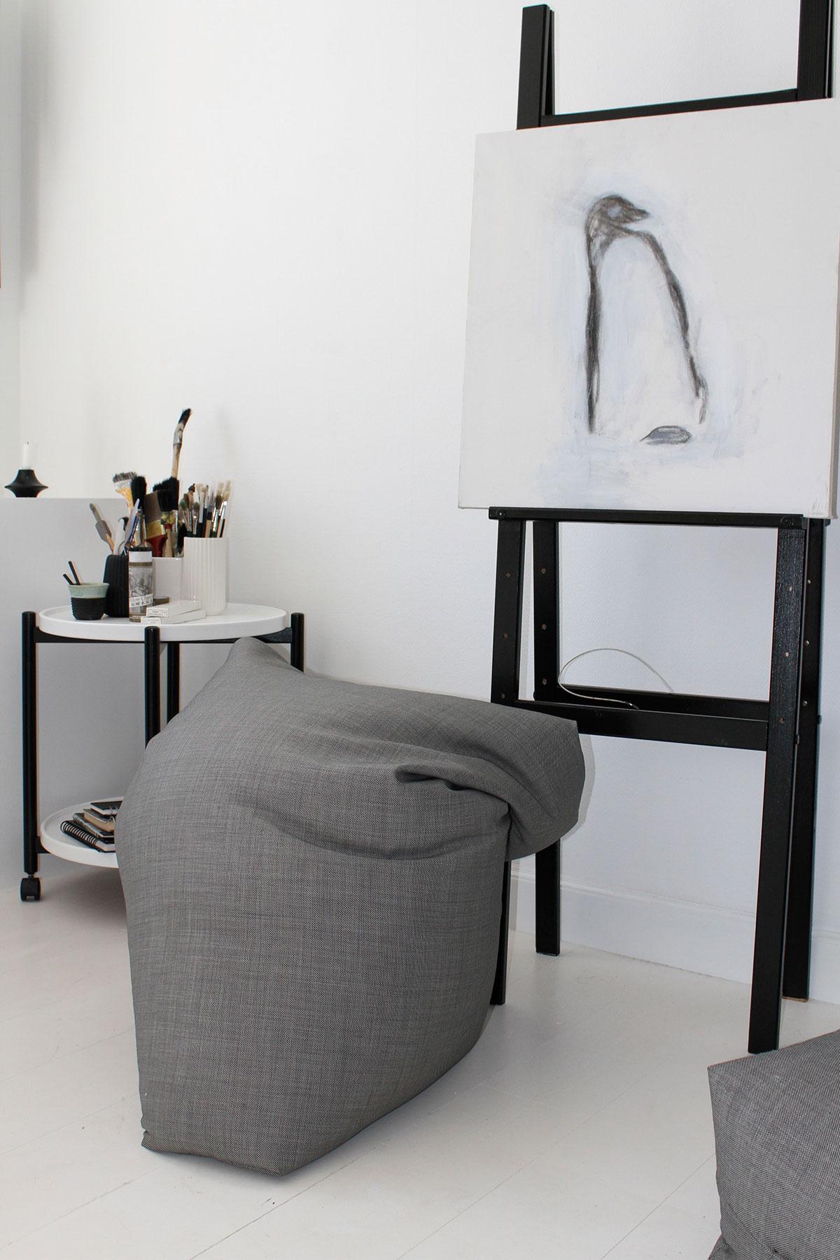 Arbejdsværelse efter, med sækkestol og lærred