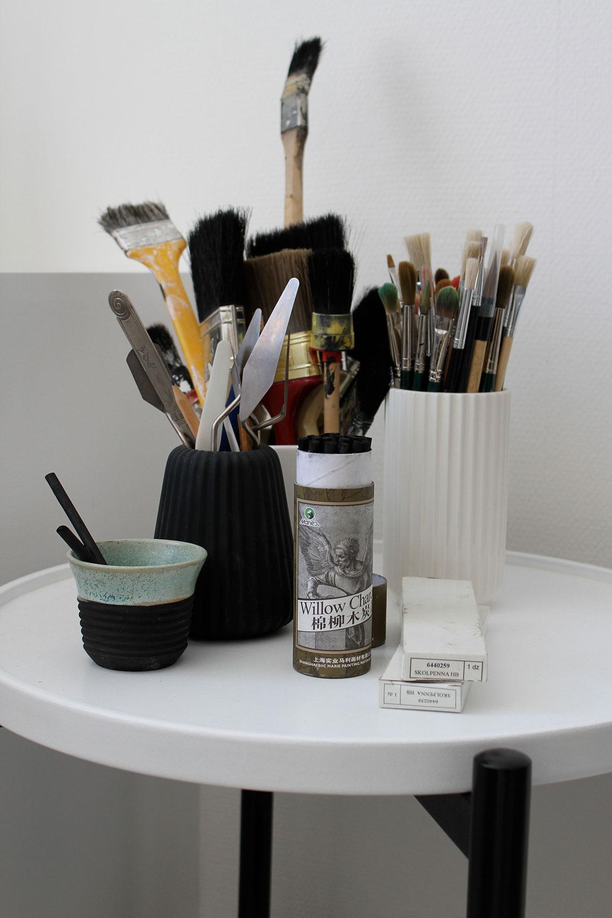 Pensler og malergrej i arbejdsværelset