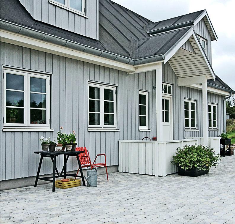 Gårdspladsen med veranda