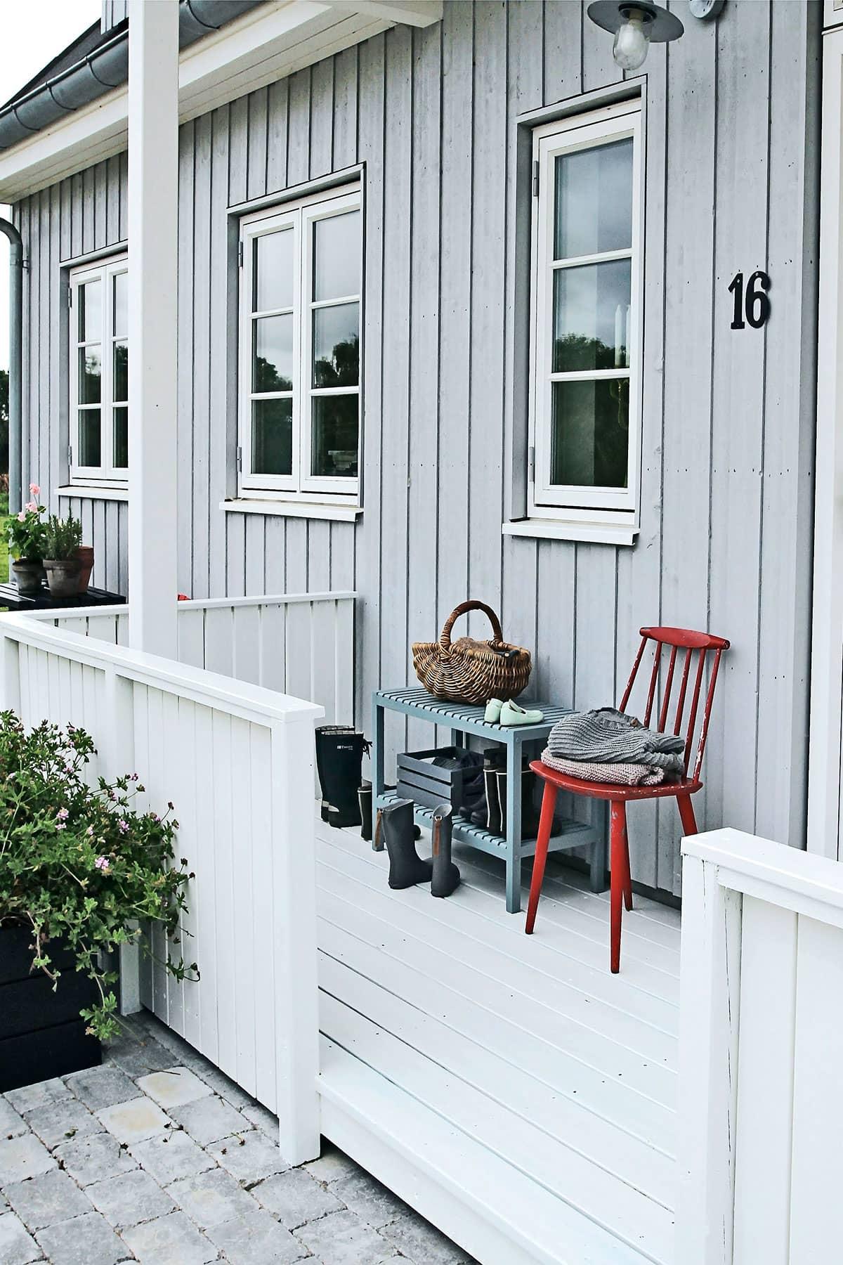 Gårdspladsen med ny veranda