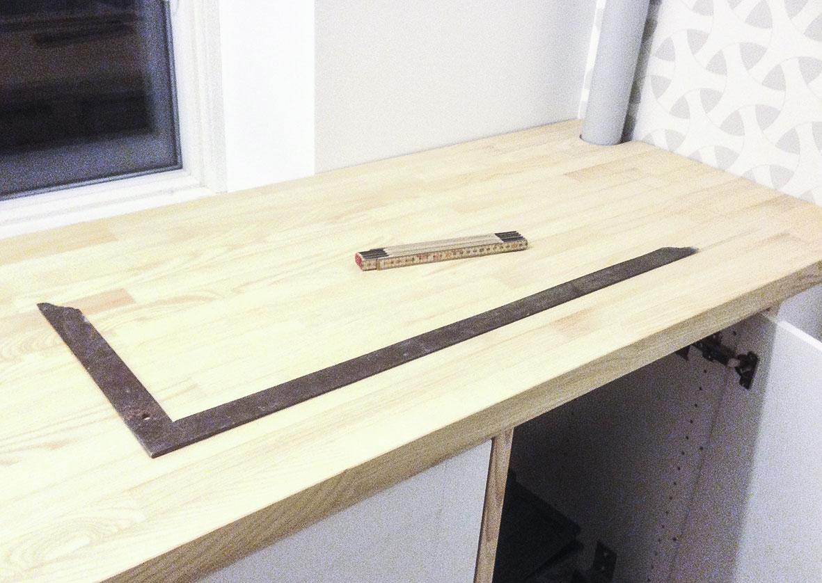 Der måles op til køkkenvask i køkkenet