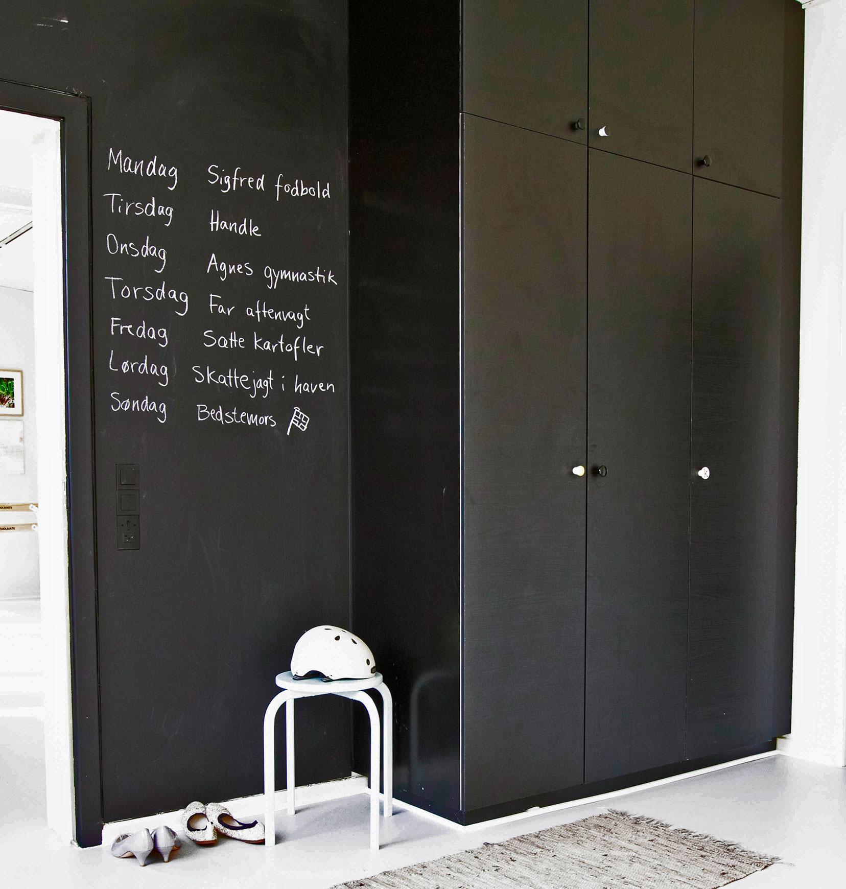 Væg med tavle til alle de praktiske oplysninger