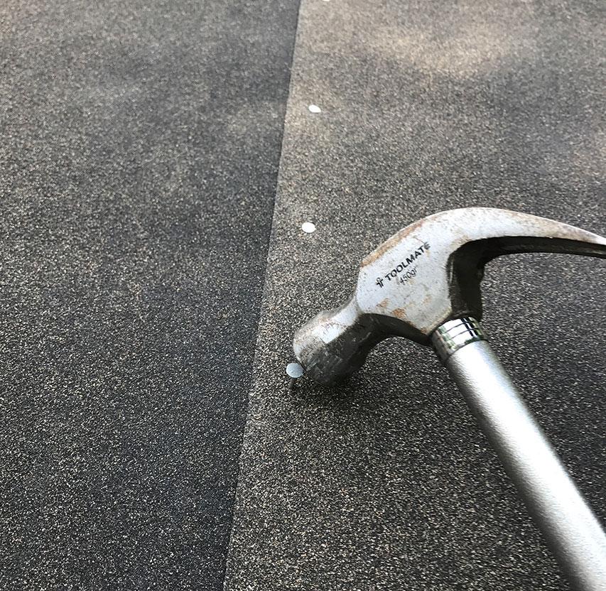 Søm tagpappet på taget til haveskuret