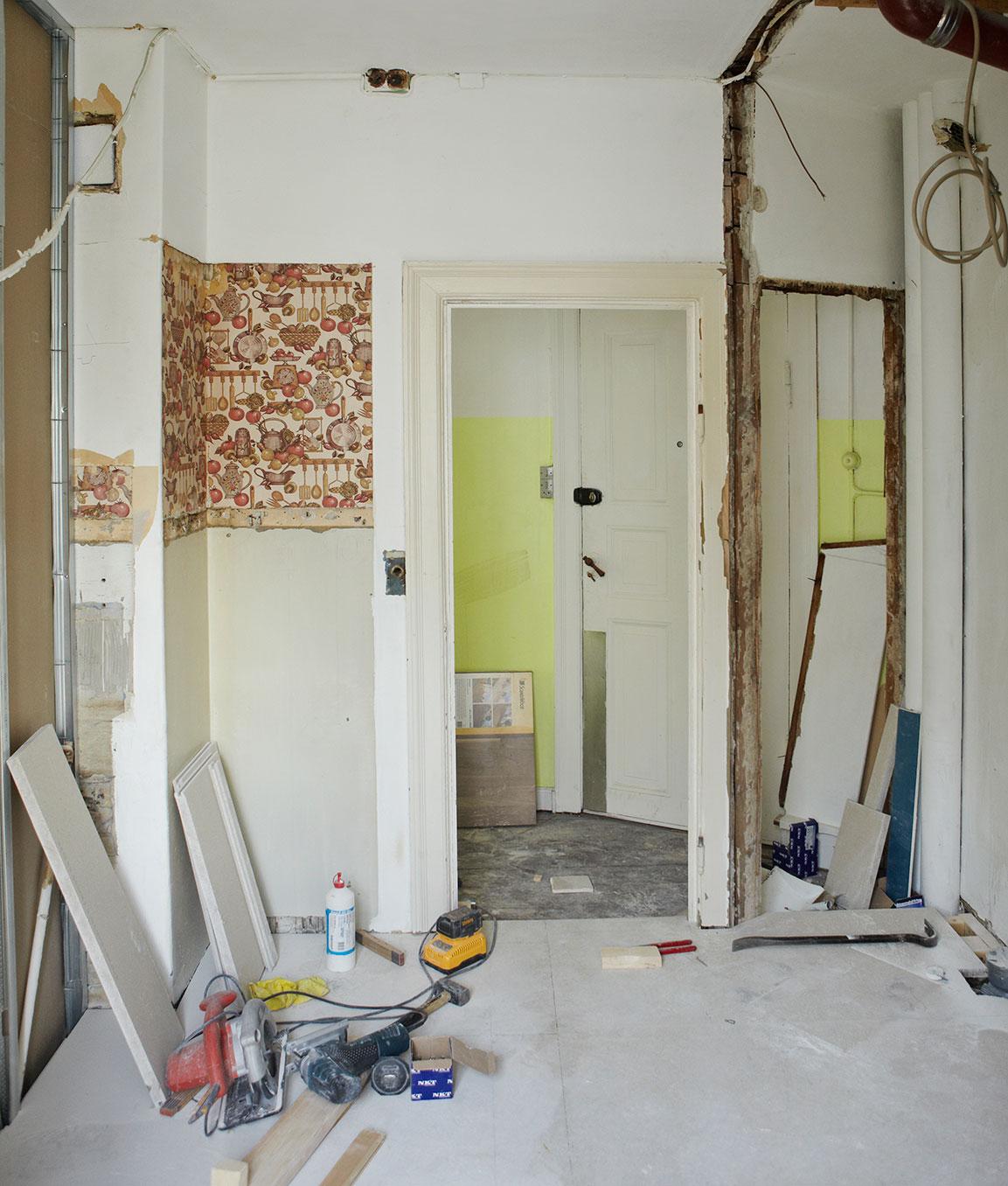 Vægge brækkes ned til det nye luksusbadeværelse