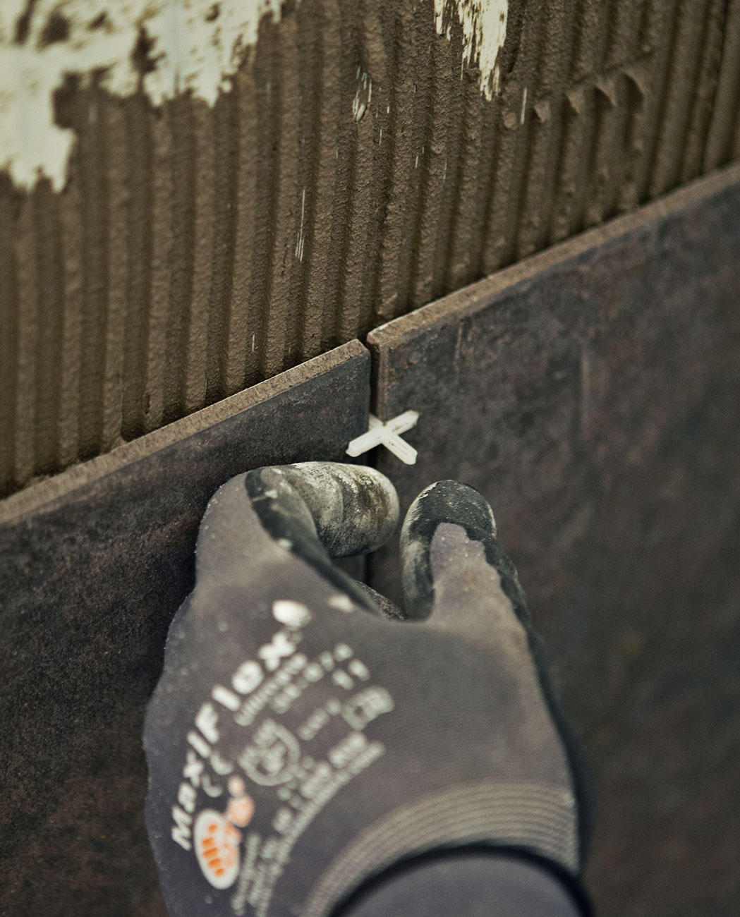 Brug et flisekryds for at holde afstanden mellem fliserne på luksusbadeværelset