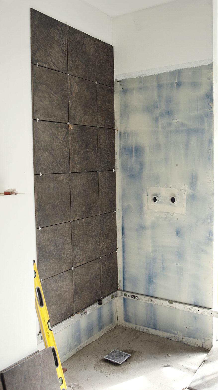 Første væg færdig i luksusbadeværelset