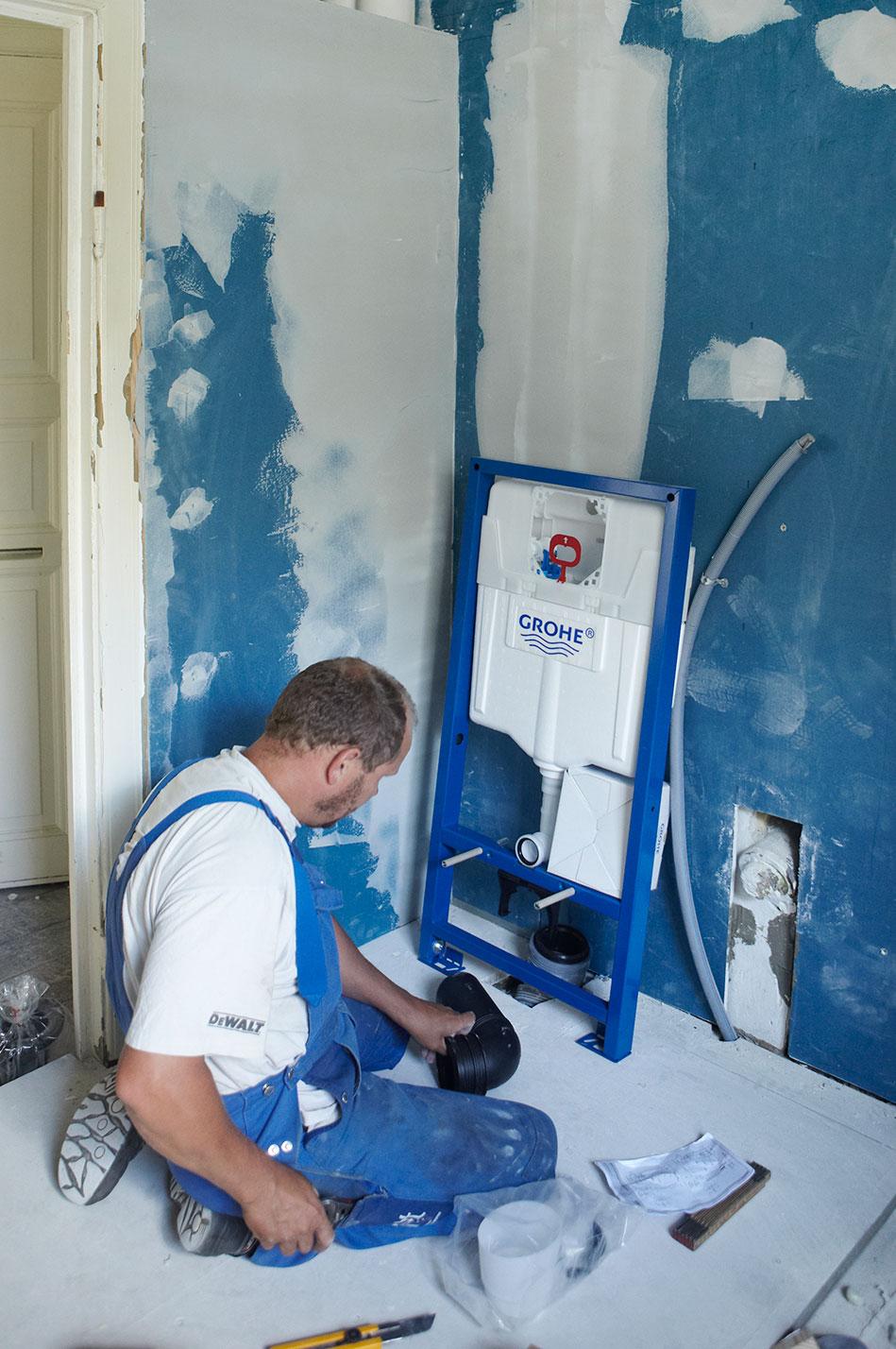 VVS-installatør gør klar til montering af WC