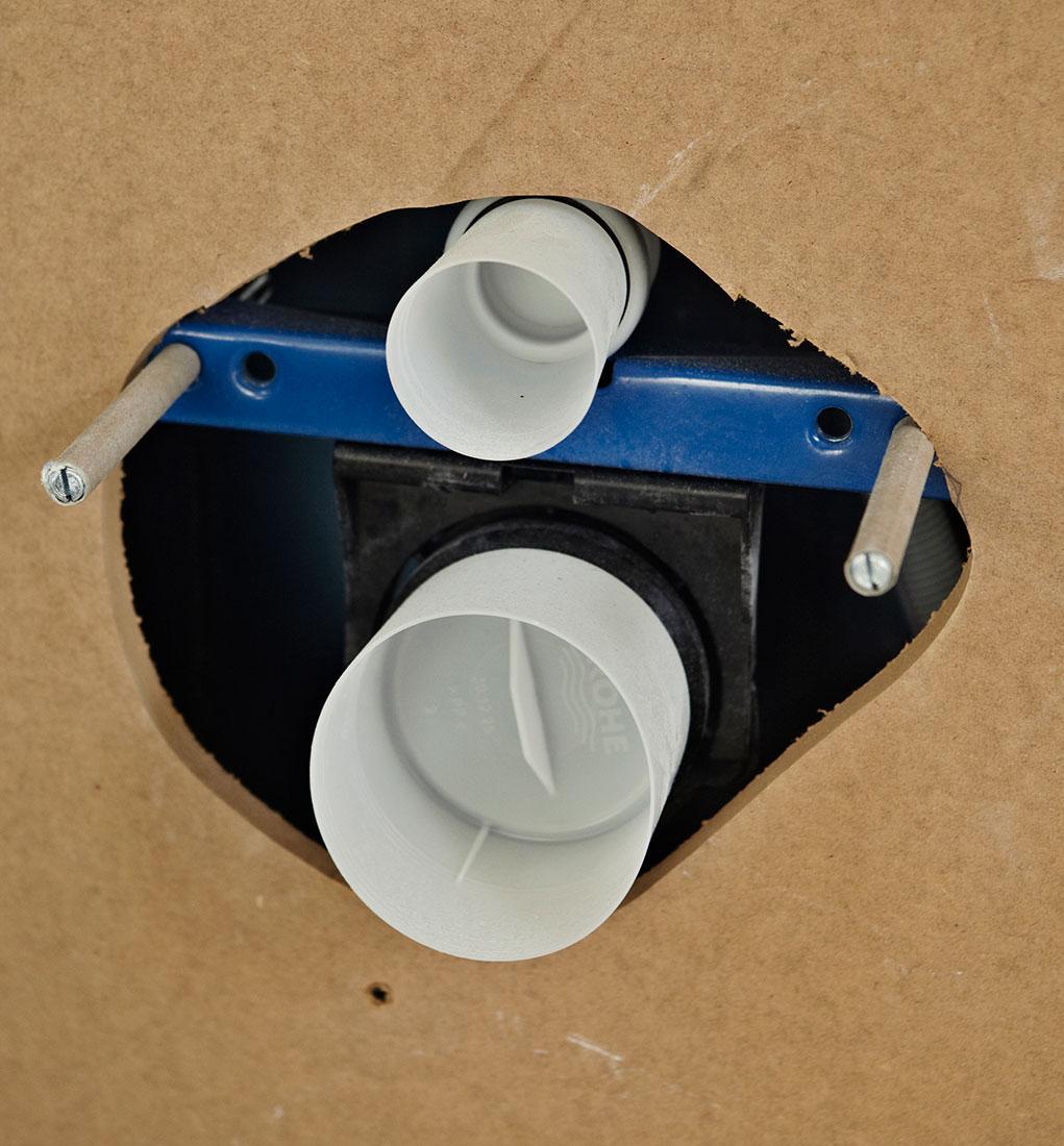 Skær huller til knapperne på WC