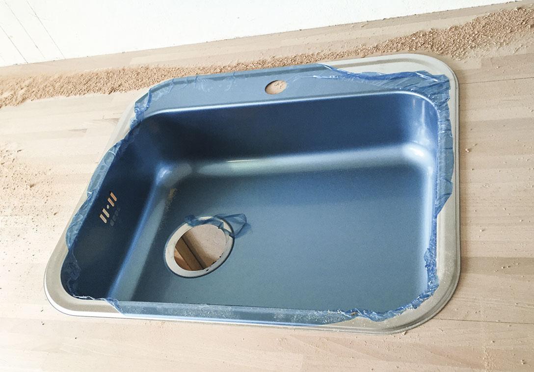 Vasken placeres i bordpladen i sommerkøkkenet
