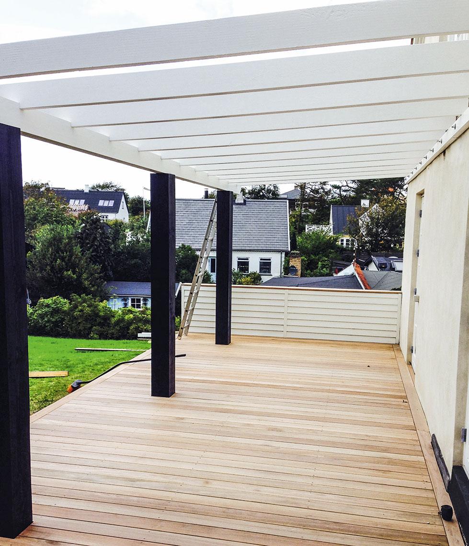 Spærene sættes op til overdækket terrasse
