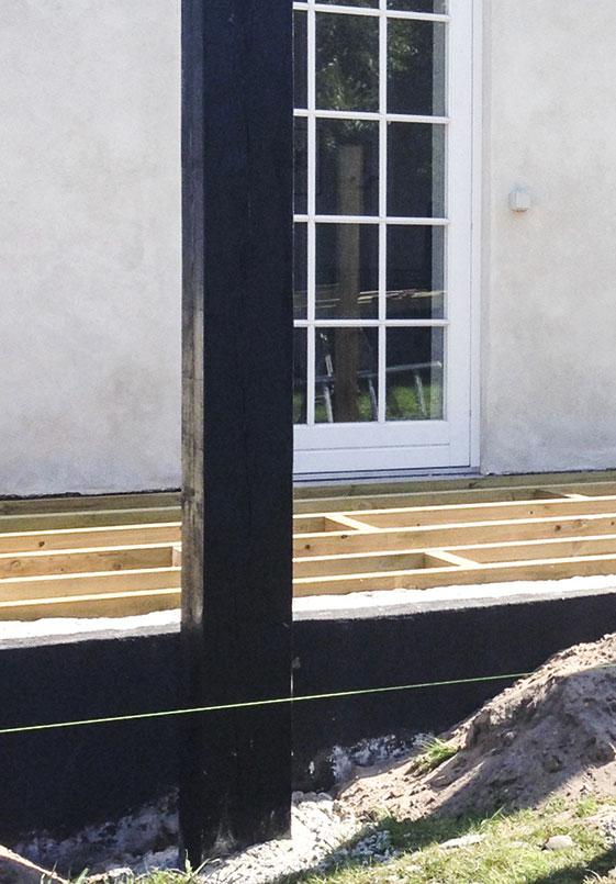 Der måles ud til den nye overdækket terrasse