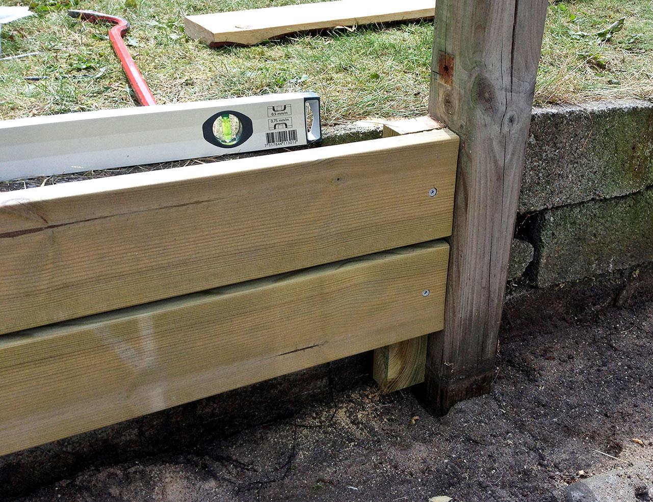 Træbeklædning til siddekant i økohaven