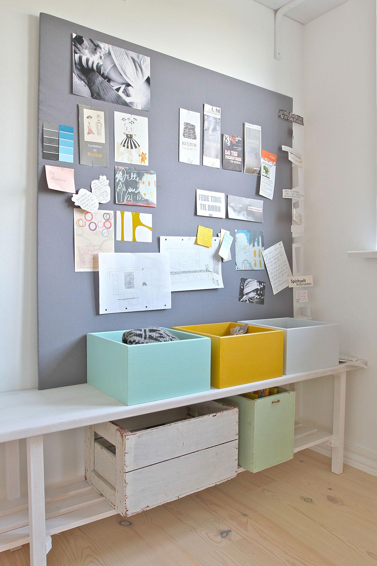 Opslagstavle og opbevaringsplads i kontor