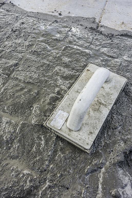 Fugemassen trykkes godt ned mellem stenene
