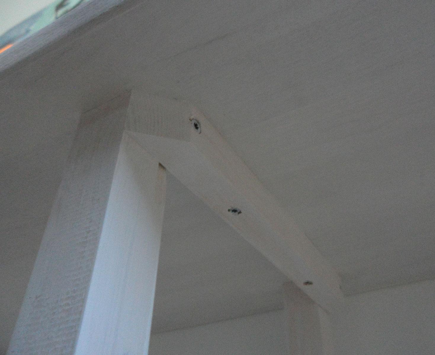Lister og ben monteres på bænk i kontor