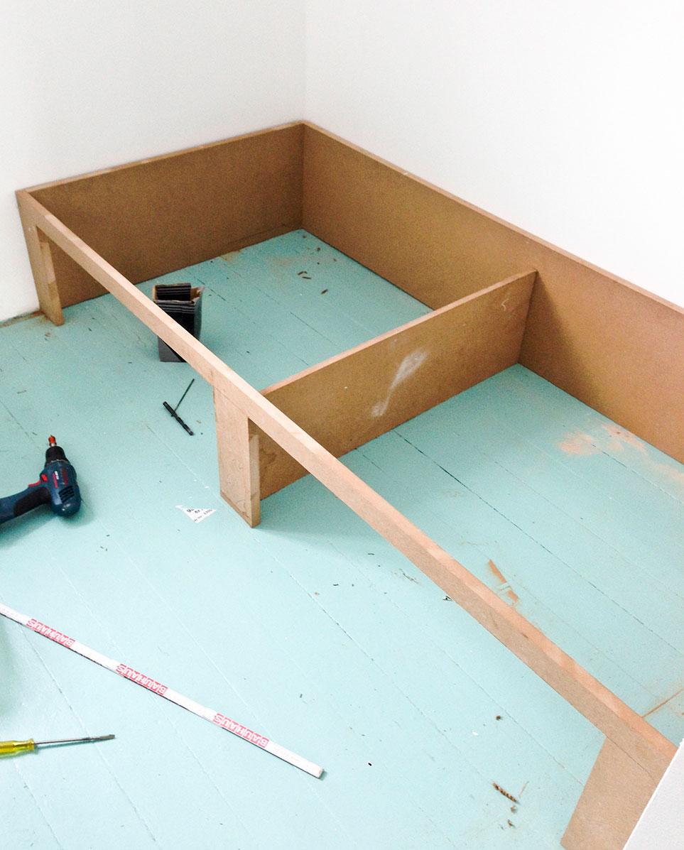 Rammen til indbygget seng på drengeværelse