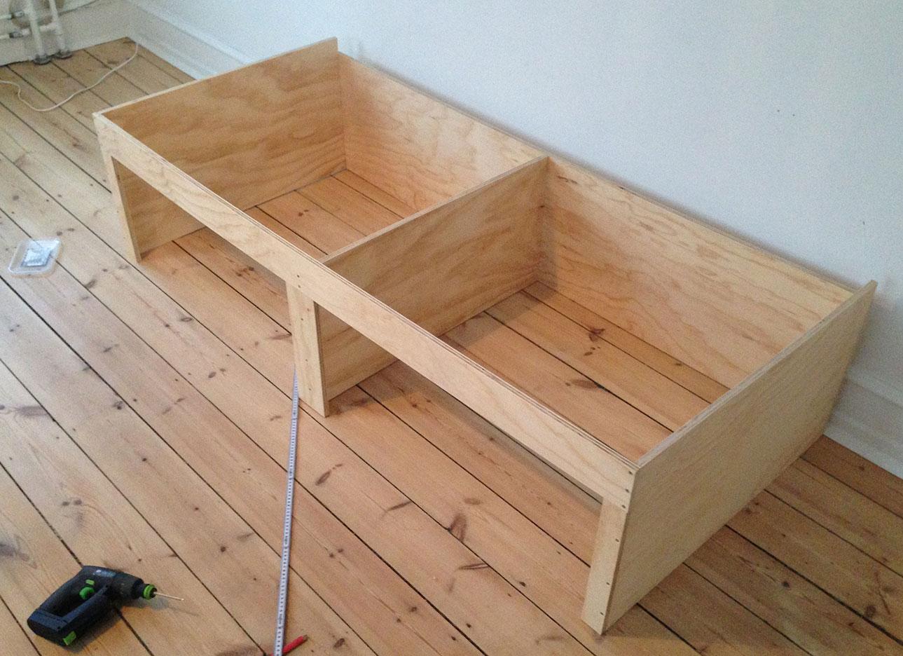 Skellettet til sengen i børneværelset tager form